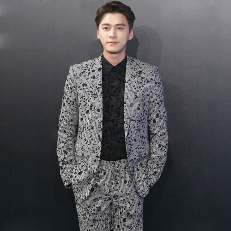 李易峰身穿深灰色西装,帅气袭人