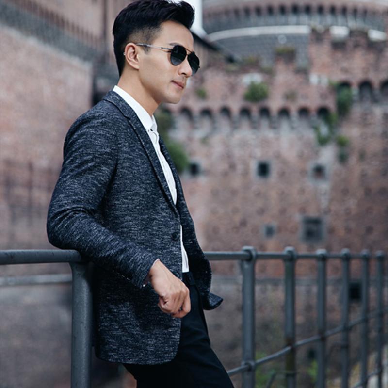 刘恺威身着时尚西装礼服,俊朗而内敛