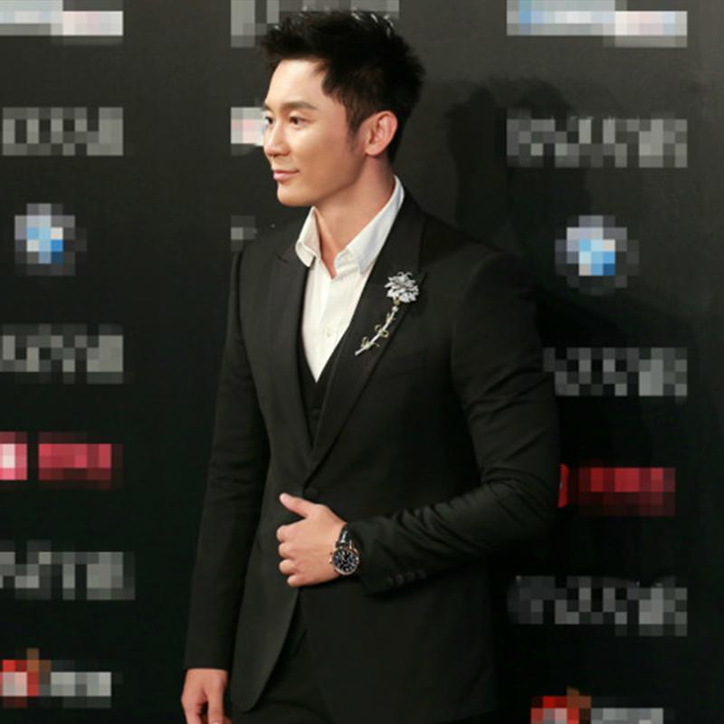 李晨身着精致优雅黑西装,尽显型男魅力